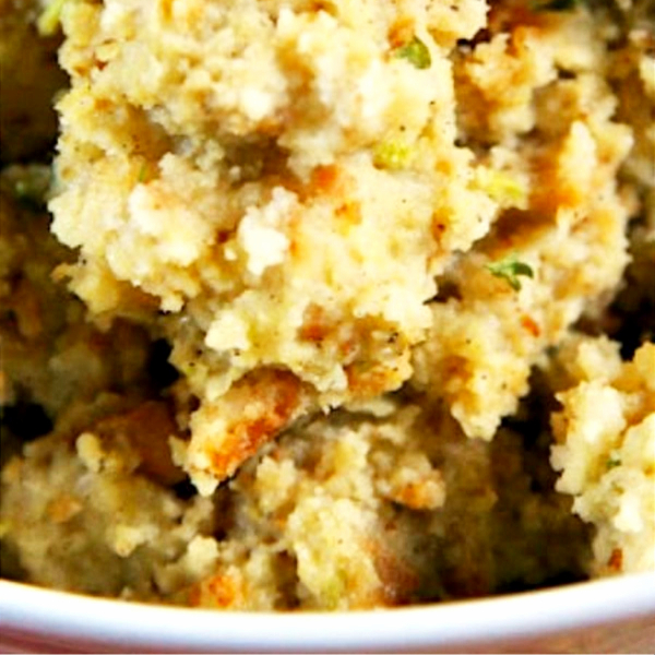 easy Thanksgiving side dishes – make ahead recipes, vegetable side dishes, casserole recipes, side dishes you can make in your slow cooker, traditional side dish ideas, and some healthy Thanksgiving dinner side dish ideas - slow cooker cornbread dressing stuffing