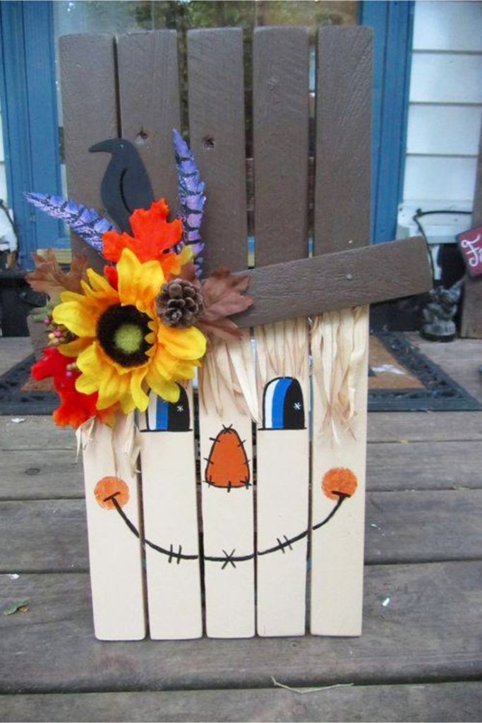 Super cute DIY pallet idea - make a scarecrow out of old pallet wood - what a clever Fall craft idea of DIY Fall decor idea for indoors or outside on your porch!