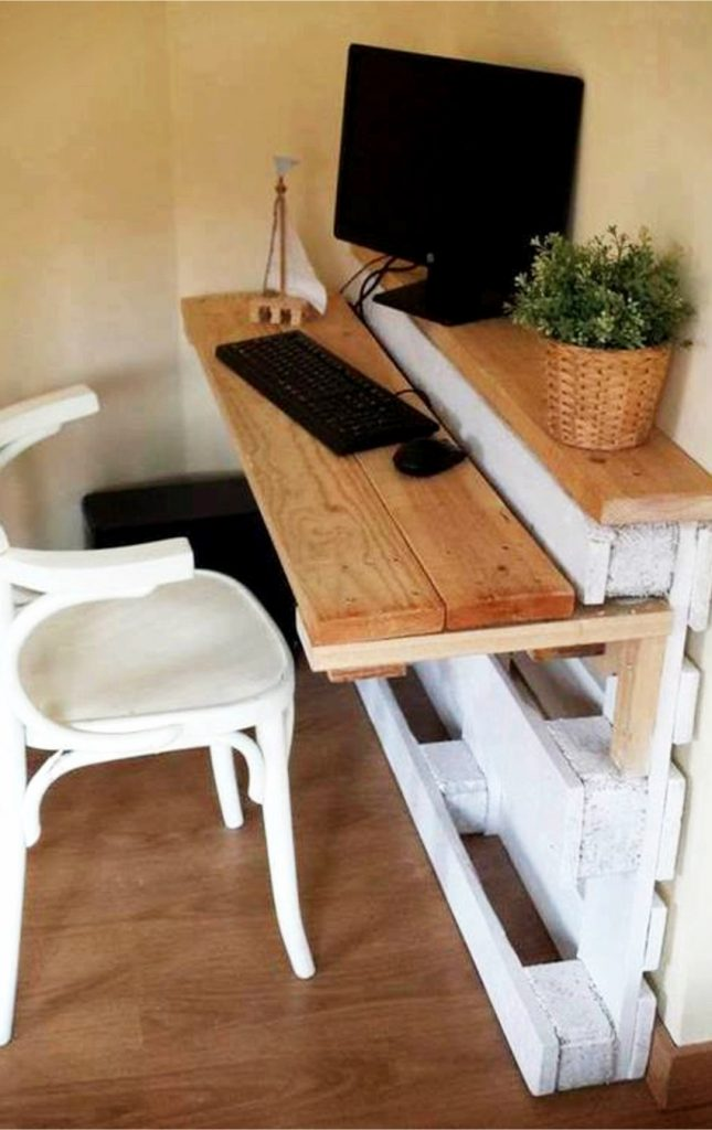 Love this idea for furniture made out of pallet wood - a DIY pallet desk. Love that it's small and can fit into tiny areas and rooms.