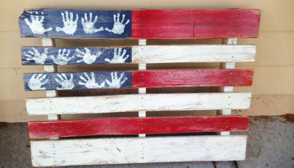 VERy clever pallet DIY idea - make a USA flag out of an old pallet and makes the stars handprints from your kids!