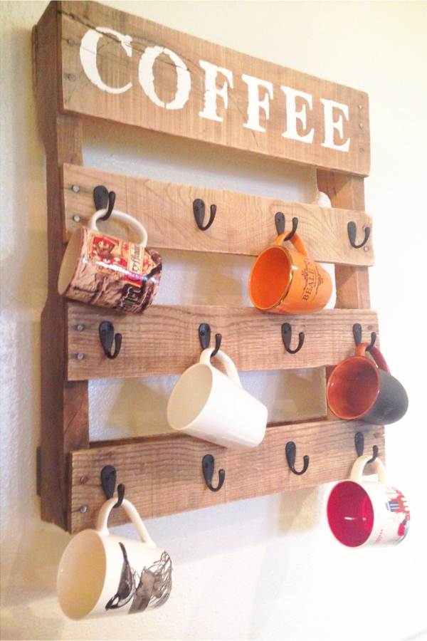 Pallet Projects - Quick and easy pallet projects to try - DIY pallet coffee mug holder rack