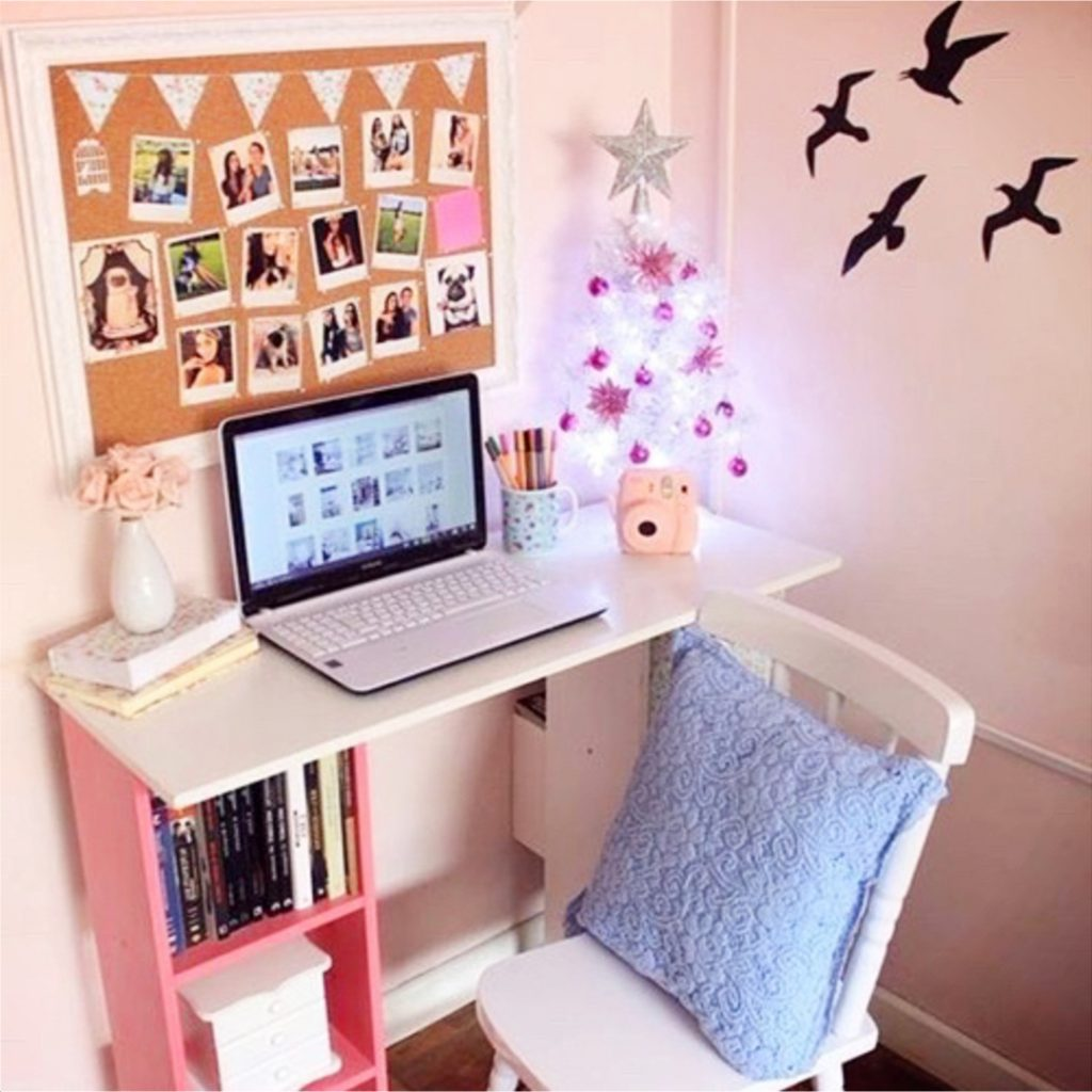 College desk organization ideas - DIY dorm room ideas #dormroom #dormroomideas #dormrooms #collegeplanning #college #collegehacks #dorm #bedroomideas #roomdecor #dreamroom #dreambedroom #tinyhouse #roomideas #dormbedroomideas #bedrooms