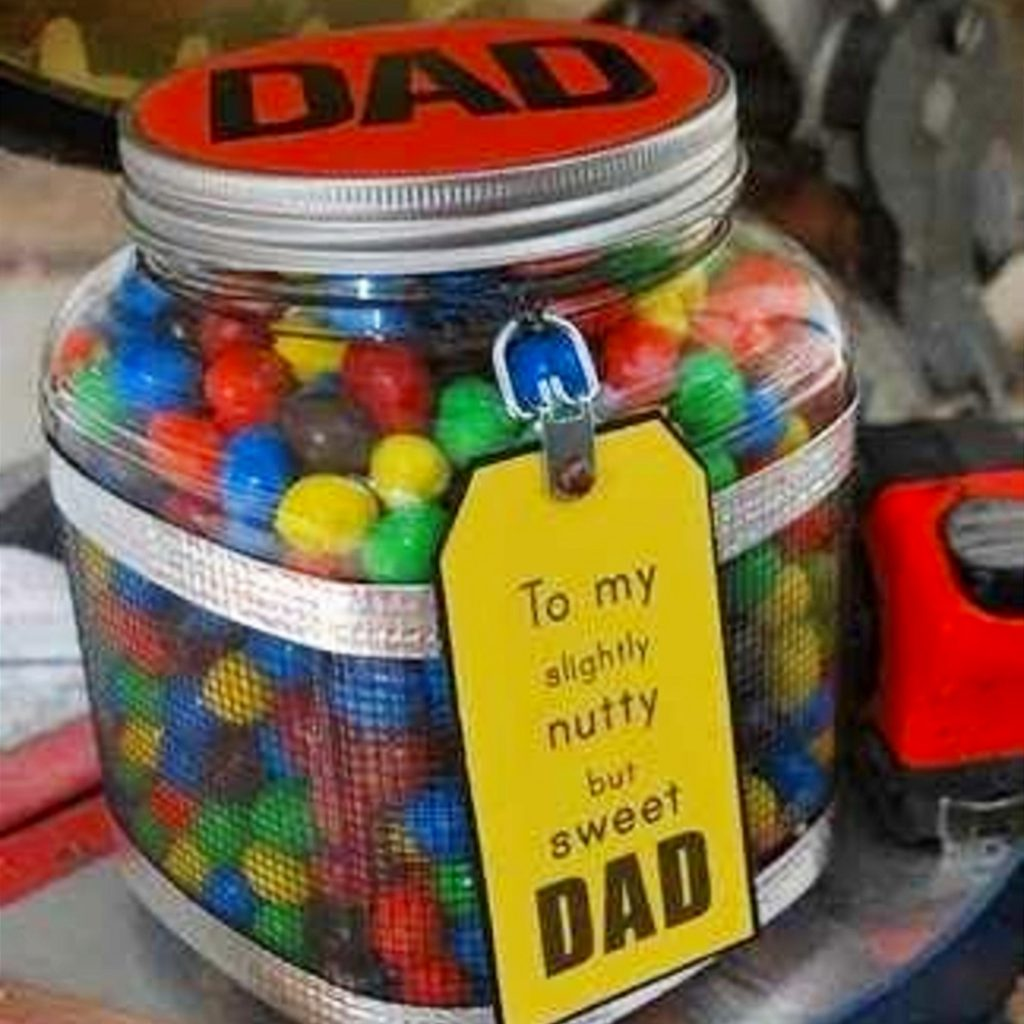 Easy Father's Day Crafts for Preschoolers, Toddlers and kids of all ages.  Easy Crafts for Kids to Make for Dad for Father's Day or his Birthday #craftsforkids #giftsfordad #momhacks