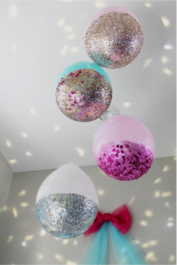 Dip balloons in glitter and hang from your celing - how to decorate your room without buying anything